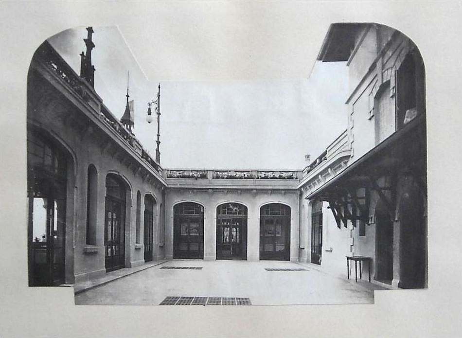 Cour intérieure et dépôt de l'établissement thermal